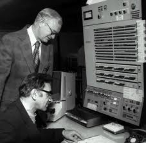 IBM lanzó el mainframe IBM 1620 basada en transistores,