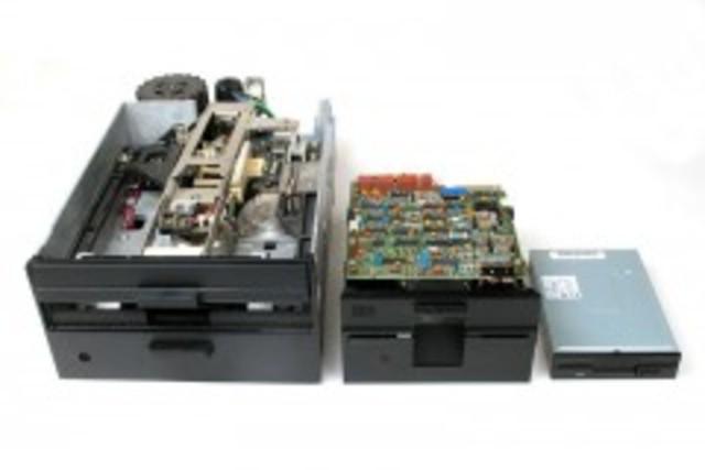 Es inventado el diskette (disco flexible) en IBM.