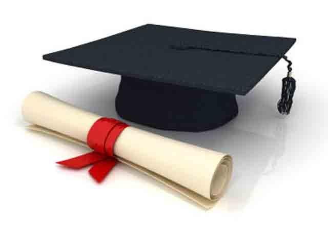 Se graduó simultáneamente de las 2 universidades