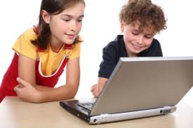 Se desarrollan las microcomputadoras, o sea, computadoras personales o PC.