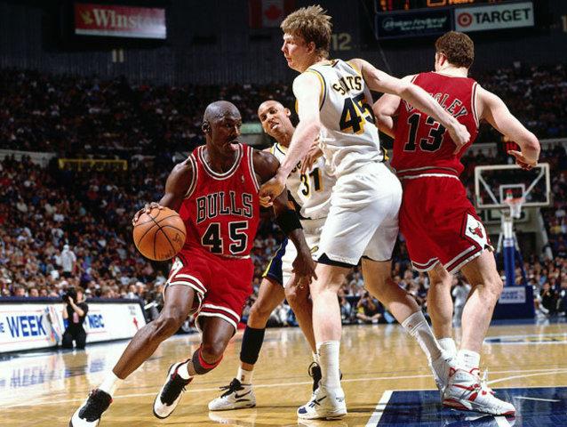 Jordan returns to the Bulls