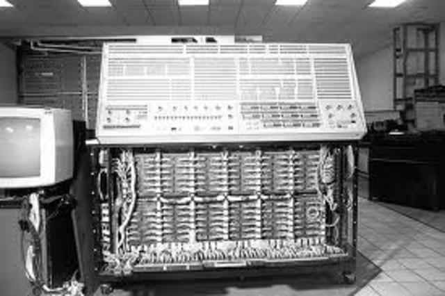 Se desarrolló por IBM la IBM 701