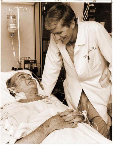 Dr. Barney Clark recibe el primer corazón artificial