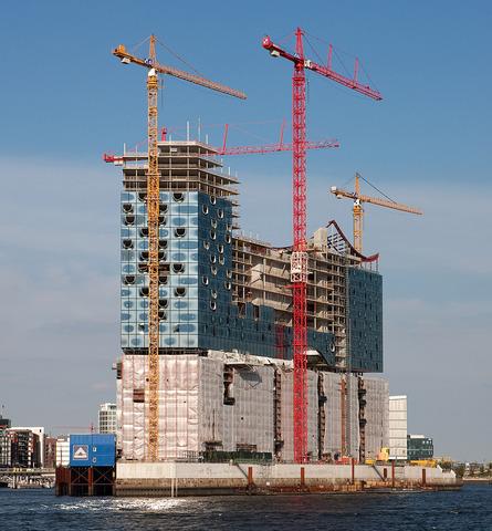 Hochtief stellt Bauarbeiten ein.