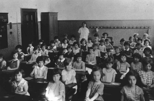 The German government closes all Jewish schools.