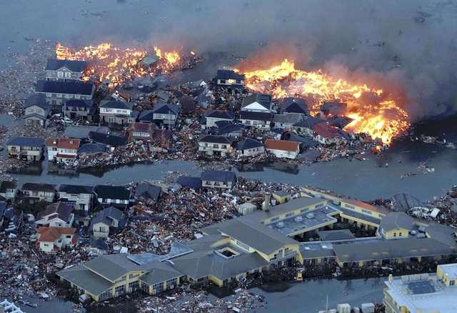 Ein Erdbeben löst eine riesige Tsunamiwelle aus