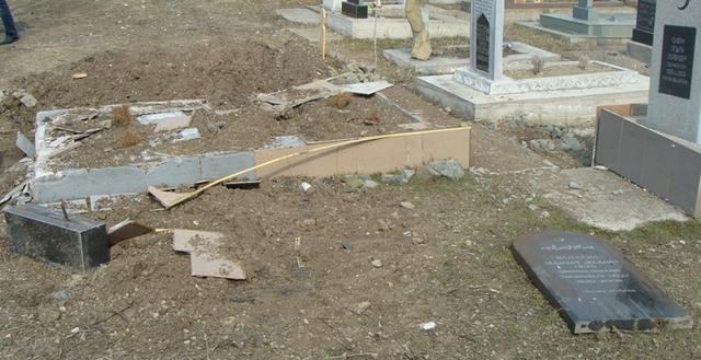в с.Яркое Сакского района разрушены 4 надмогильных памятника