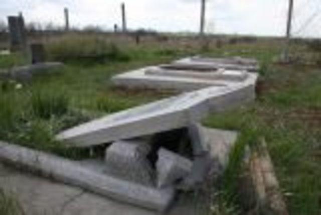 в с. Софиевка Симферопольского района разбито более 30 надмогильных памятников