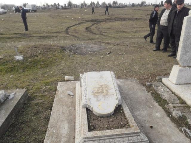 в п. Крымская Роза Белогорского района разбито 4 надмогильных памятника