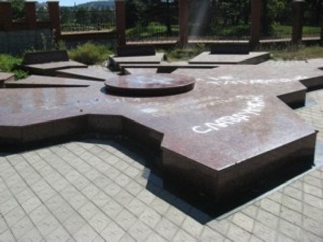 осквернён памятник депортированным народам в Симферополе