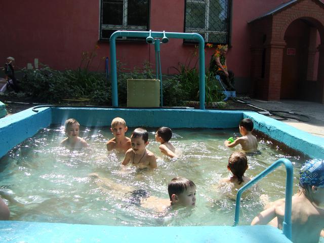 2011 год отремонтировано покрытие бассейна, дети принимают водные процедуры