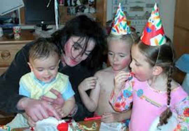 Рождение дочери Пэрис-Майкл Кэтрин Джексон.