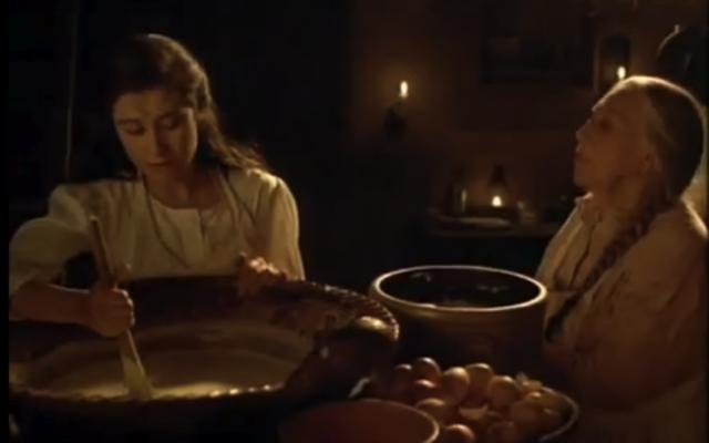 Tita ayuda a prepar el pastel por la boda de su hermana
