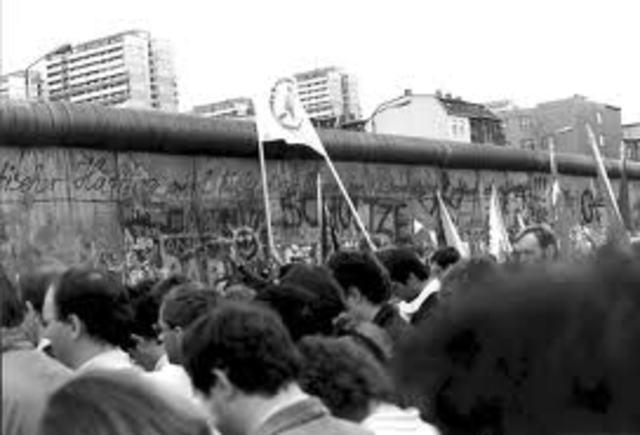 Berlin Wall is built