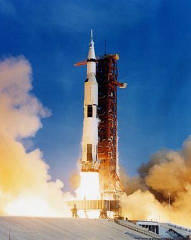Paleistas erdvėlaivis Apollo 11 pasiekė Menulio paviršių.