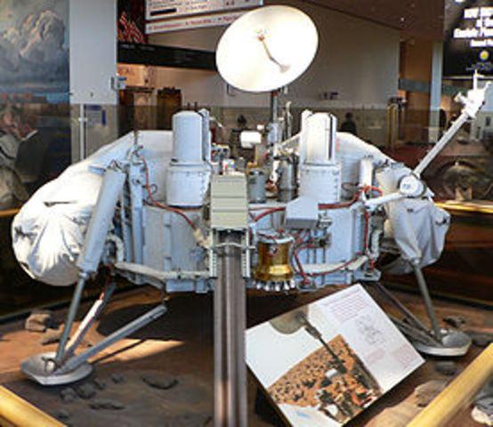 """1976 m. JAV kosminės stotys """"Viking"""" ir """"Viking 2"""" minkštai nusileido Marse."""
