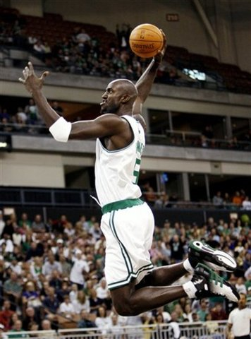 Garnett becomes the youngest player to reach 1,000 career games