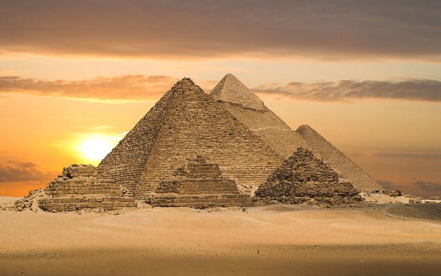 Architecture: Pyramids of Giza