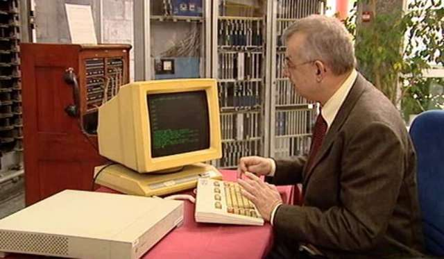 El primer correo electrónico es enviado