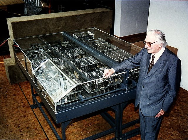 George R. Stibitz empieza el desarrollo de la Complex Calculator.