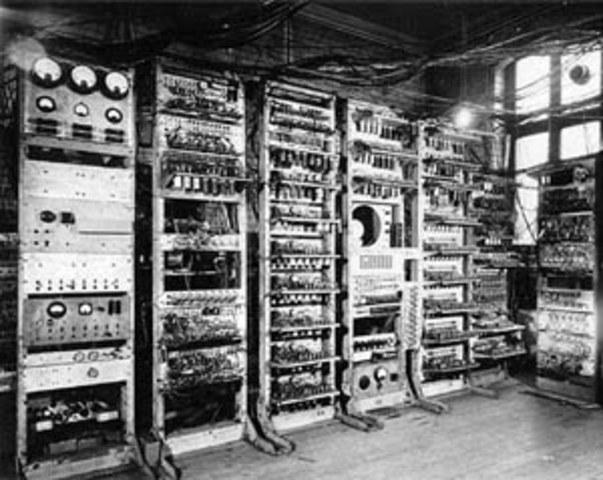 Un equipo dirigido por Alan Turing construye el Colossus para descifrar los mensajes de Enigma.
