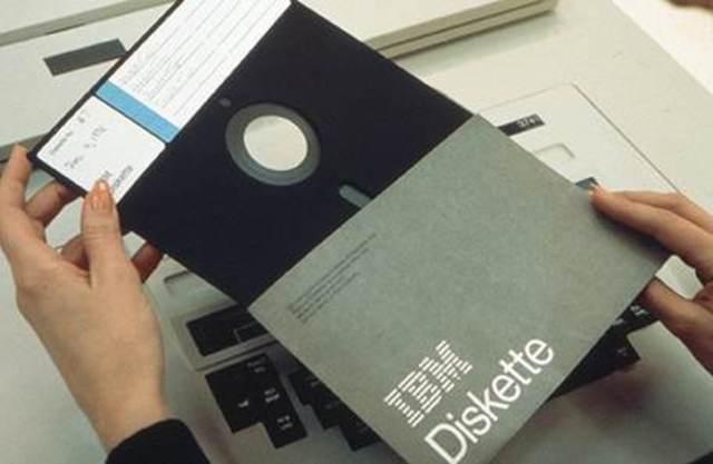 IBM crea el disquete de 8 pulgadas.