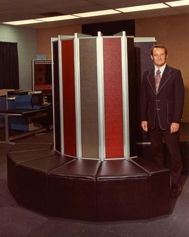 Seymour Cray considera que el software pordría ser más potente en ordenadores monoprocesadores por medio de el procesamiento en paralelo. Nace así el CRAY 1.