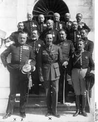 El general primo de Rivera da un golpe de Estado y comienza una dictatura.
