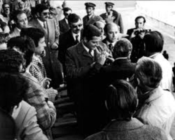 La UCD, con Adolfo Suárez al frente gana las elecciones generales.