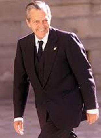 El Rey nombra a Adolfo Suárez, líder de UCD, como presidente del gobierno.