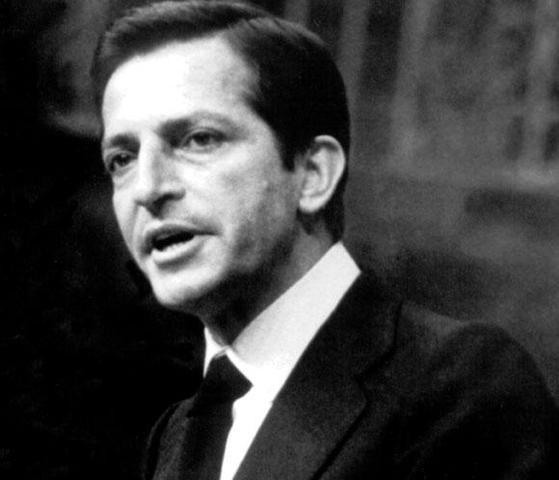 El rey nombra a Adolfo Suárez, líder de UCD, como presidente del gobierno
