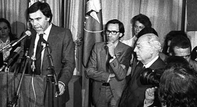EL PSOE, CON FELIPE GONZÁLEZ AL FRENTE, GANAS LAS ELECCIONES GENERALES.