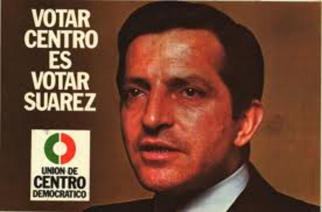 La UCD, con Adolfo Suárez al frente, gana las elecciones generales.