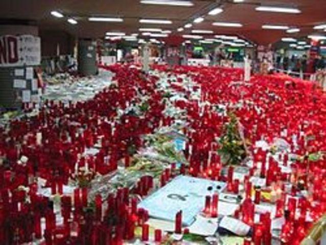 Un grupo terrorista islamista provoca un atentado en Madrid en el que mueren casi 222 personas