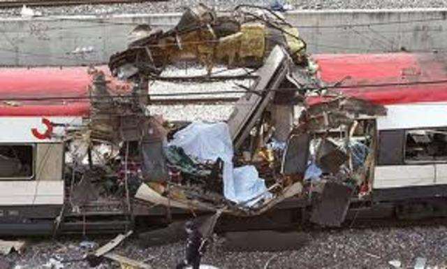 Un grupo terrorista islamista provoca un atentado en Madrid en el que mueren casi 200 personas.