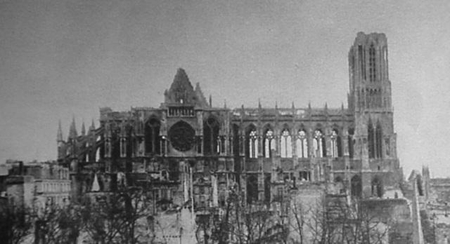 La cathédrale de Reims est bombardée