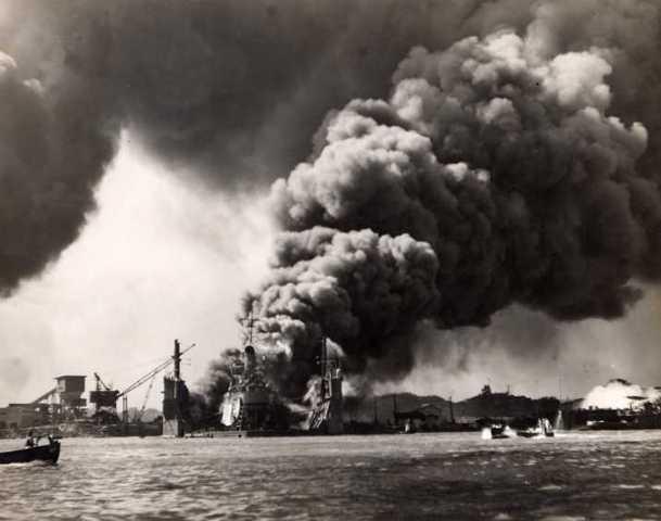 Les Japonnais attaquent Pearl Harbor