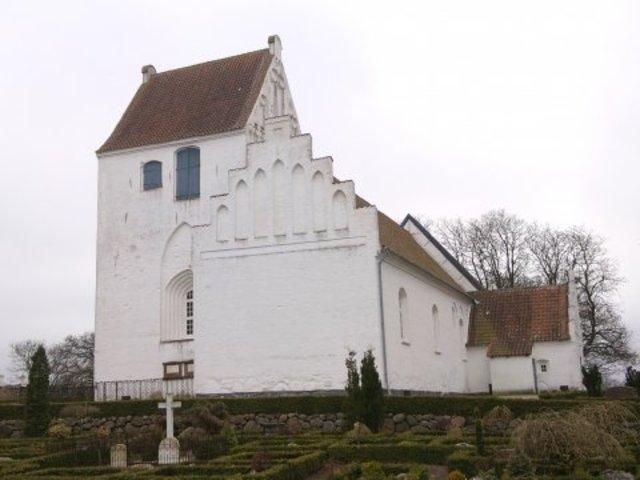 Sdr. Nærå Kirke ligger på en bakke.