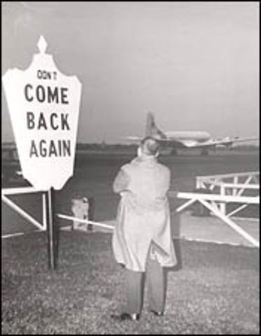 Last flight takes off from Mitchel Field