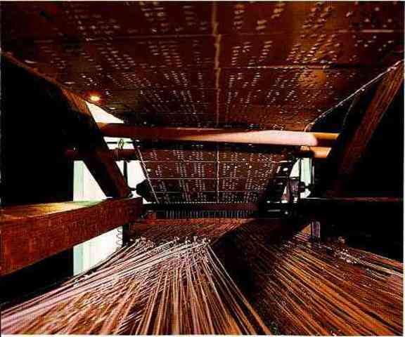 Telar de Jacquard que muestra los temas y las tarjetas perforadas