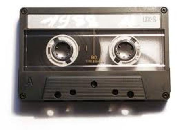 Aparición de los Audiocassettes en Estados Unidos.