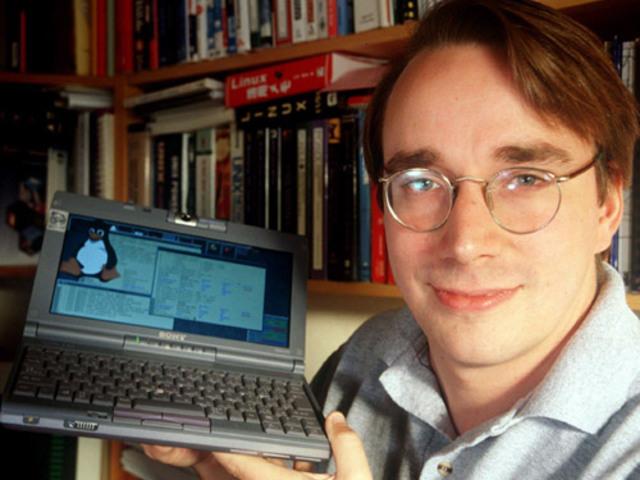 Un estudiante universitario en Finlandia llamado Linus Torvals está trabajando en modificaciones a minix