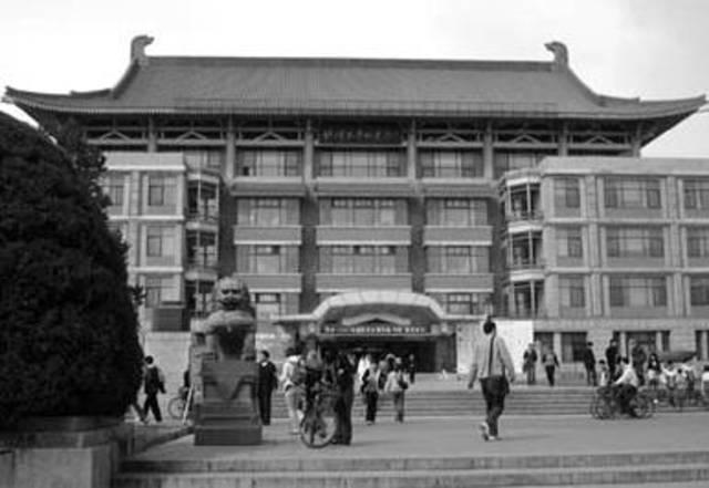 Trabaja en la biblioteca de la Universidad de Pekin