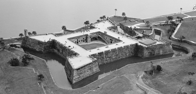 Spanish build fortress at St. Augustine