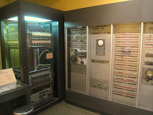 Whirlwind del MIT (Massachussets Institute of Technology)  Prueba entrada de datos en teclados de computadoras.