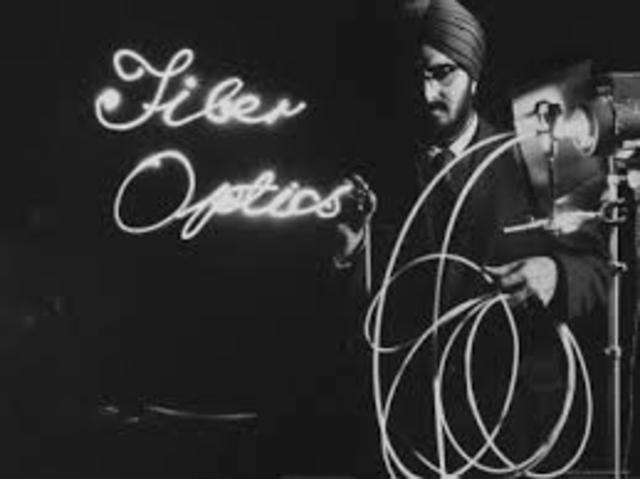 Invención de fibra óptica.