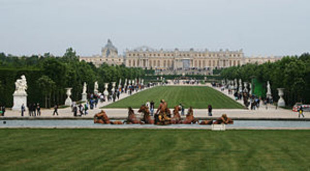se inicia el palacio de versalles