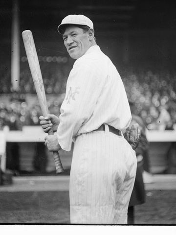 Jim Thorpe plays for the New York Giants