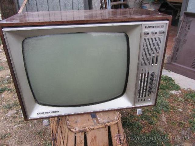 Televisor blanco y negro padre Ana