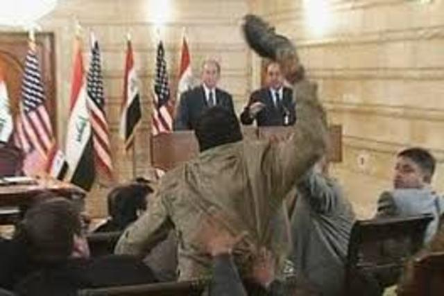 Jornalista iraquiano é preso por lançar sapato contra presidente Americano